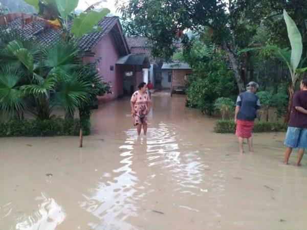 sungai-cikawung-meluap-rendam-5-dusun-desa-bantar-1