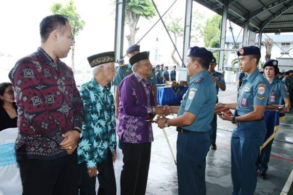 06-pangarmatim-berikan-tali-asih-kepada-pelaku-sejarah-terjadinya-pertempuran-laut-aru-3