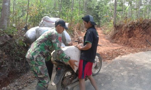 Anggota Satgas Bantu Angkat Pupuk Organik warga Dorenombo