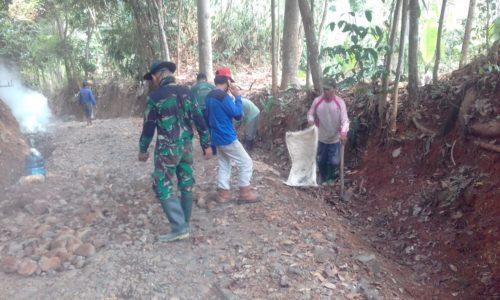 Berpacu Dengan Waktu, TNI dan Warga Percepat Pembangunan Fisik Jalan Program TMMD.