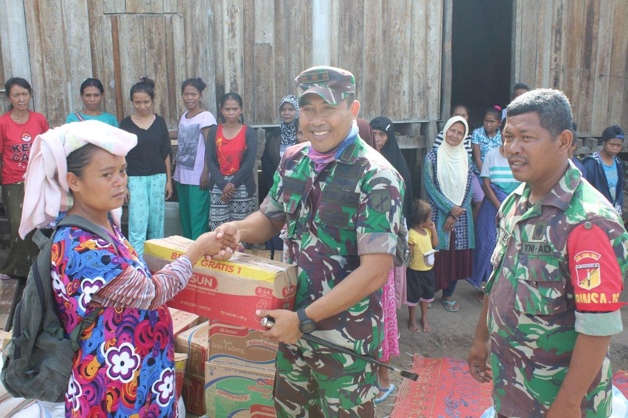 Prajurit TNI Kogasgabpad Bantu Sembako Warga Puncak Gunung Ranolewo Palu