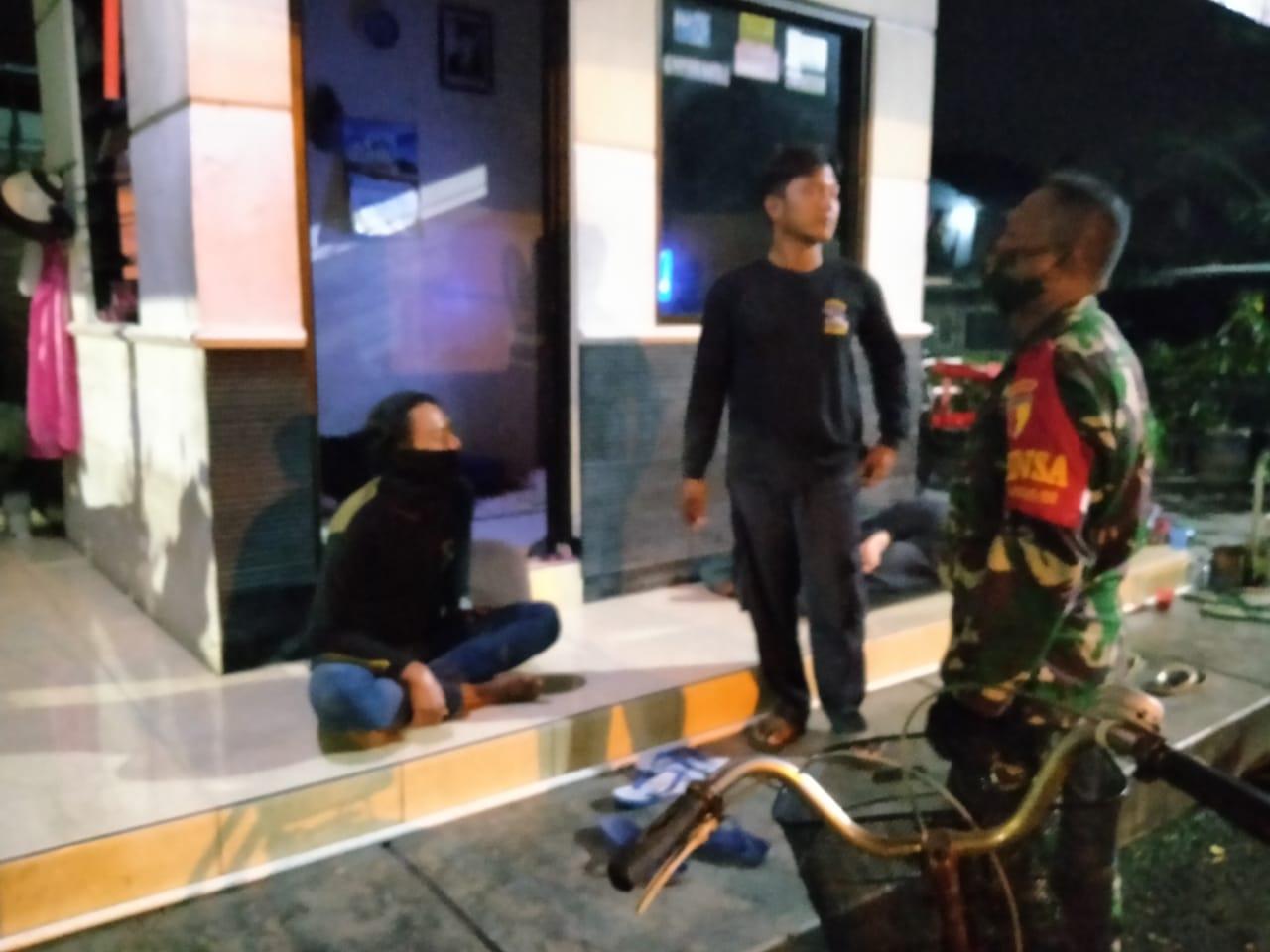 Patroli Malam Babinsa Gubeng, Ingatkan Protokol Kesehatan